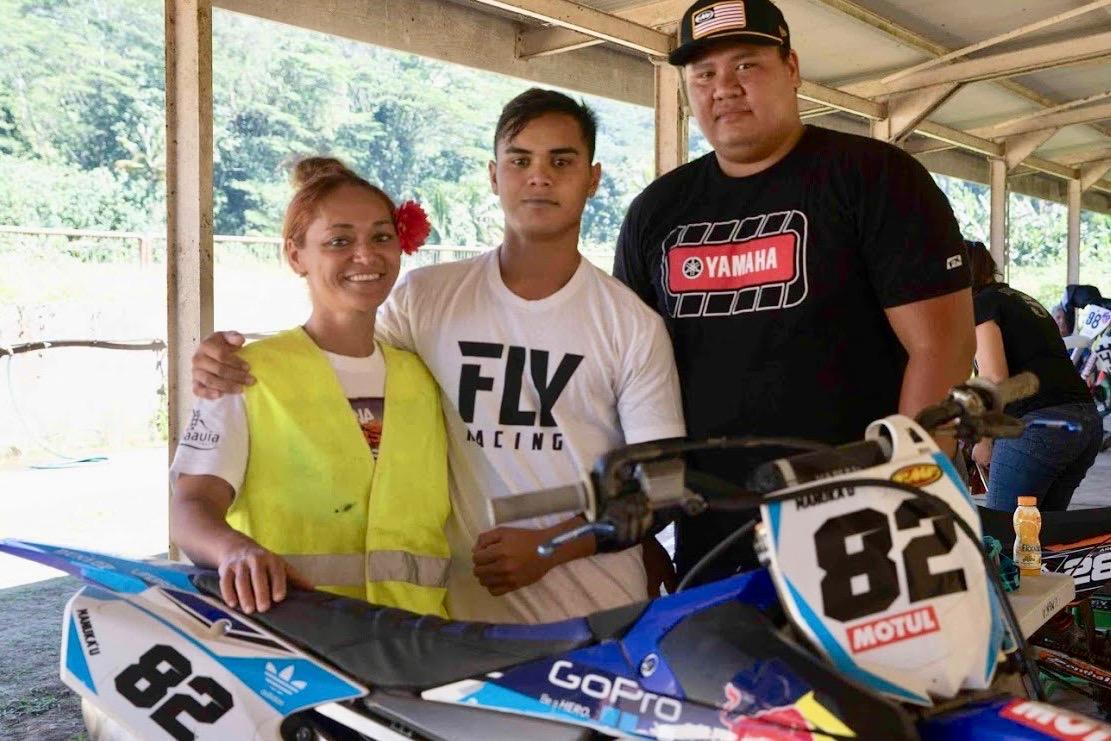 Manukau Autai, au centre, avec sa mère et son coach
