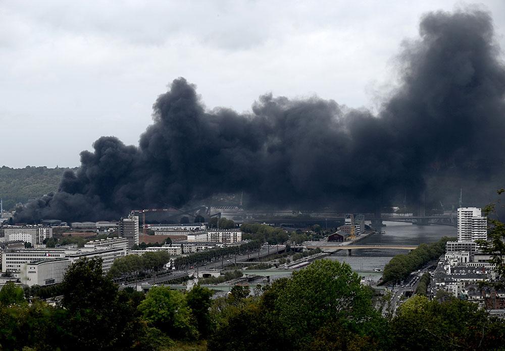 """Incendie """"circonscrit mais pas éteint"""" dans une usine à haut risque à Rouen, crainte de """"sur-accident"""""""