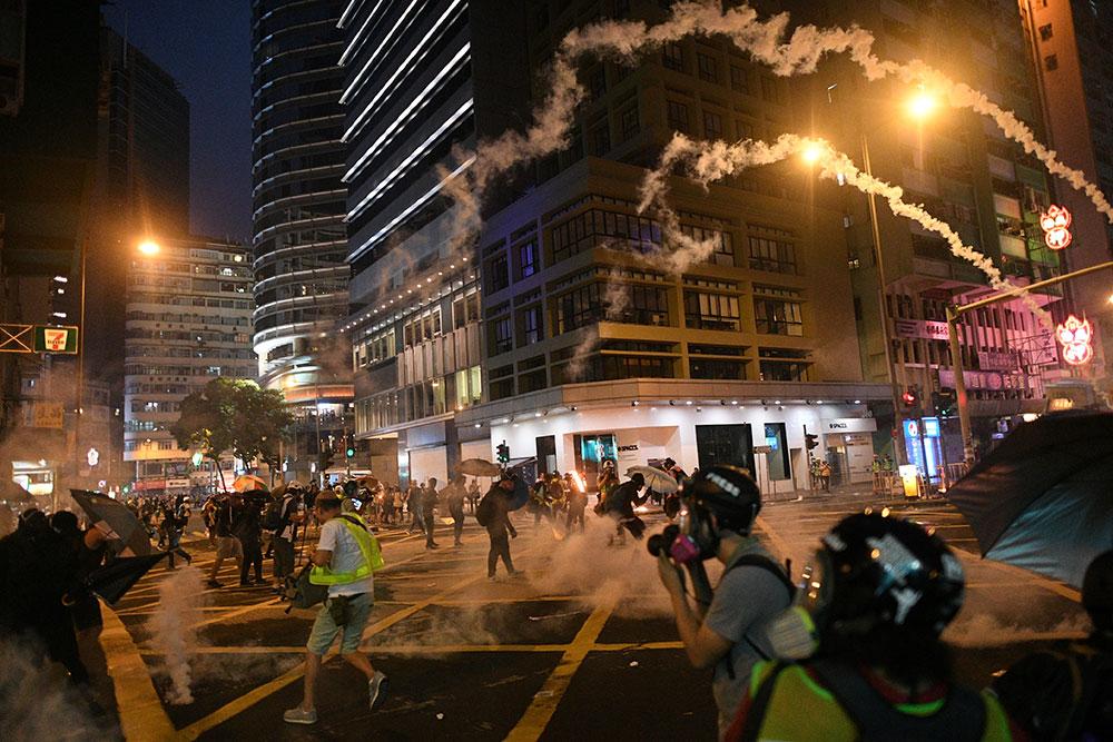 Hong Kong: affrontements à deux jours du 70e anniversaire de la Chine communiste