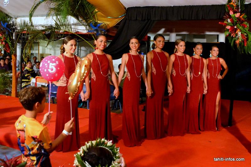 Les filles en tenue de soirée en attendant les résultats.