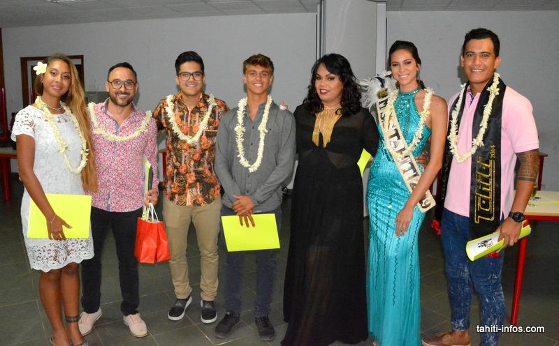 Joseliny Ah-lo en noir, entourée du jury composé de Miss Tahiti 2019 Matahari Bousquet, de Mister Tahiti 2014 Rangitea Bennet, du surfeur Kauli Vaast, de la chanteuse Meari U, du chanteur et compositeur Nohorai Temaiana et du représentant de Vini Yannis Ceran Jerusalémy.