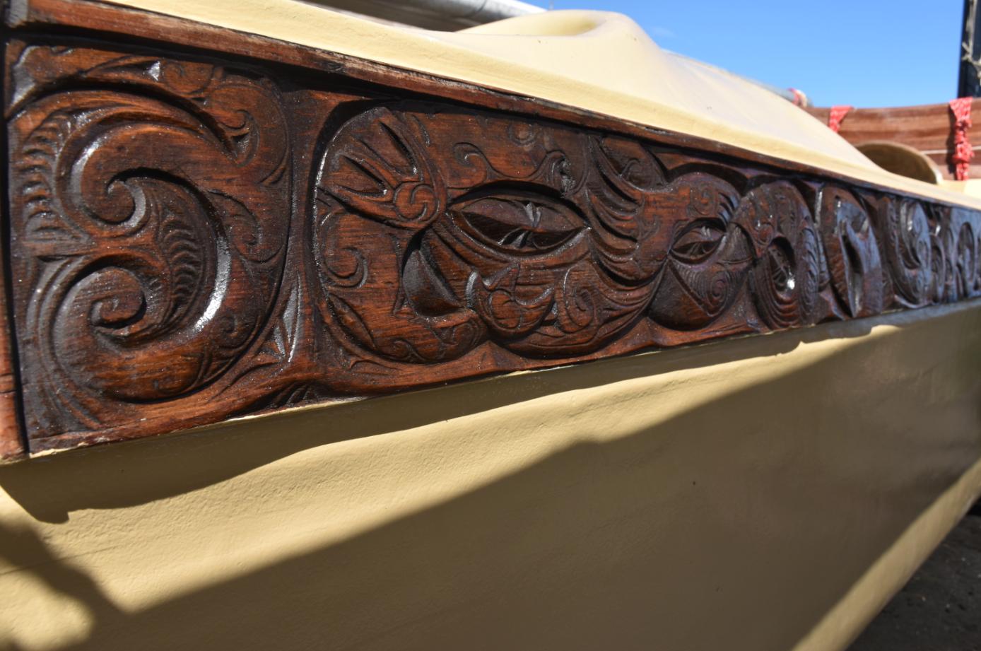 Ces sculptures en bois avaient été confectionnées pour la pirogue à voile Hawaiki Nui de Francis Cowan.