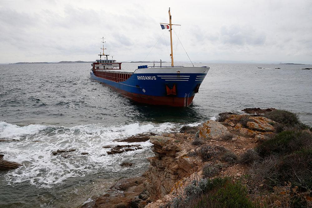 Cargo échoué en Corse: un barrage antipollution installé avant le pompage