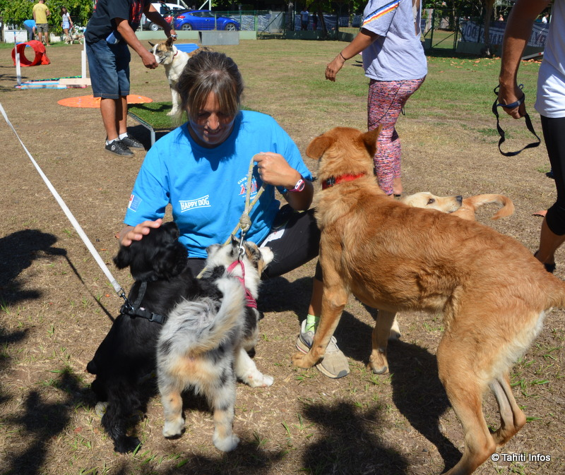 Véronique Munsch, monitrice d'éducation canine bénévole au Club canin de Pirae, avec son propre chiot.