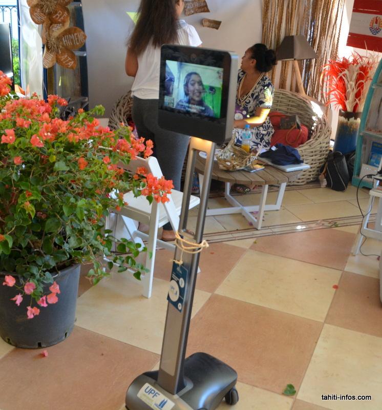 L'Université a sorti son robot de téléprésence, permettant aux étudiants à Outumaoro de suivre le festival!