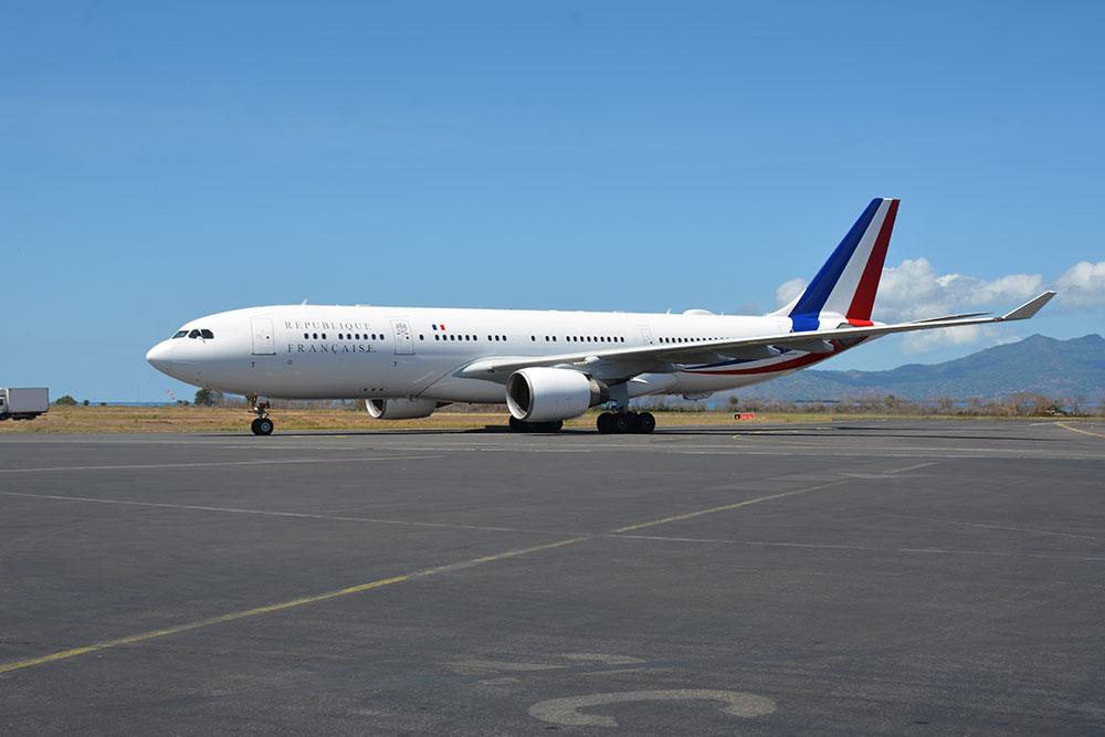 Mayotte: Macron annonce que la piste de l'aéroport sera allongée