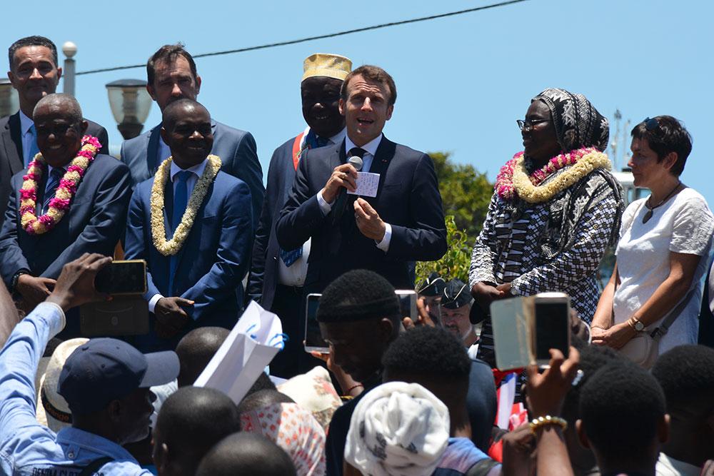 """Macron promet """"la sécurité"""" à Mayotte en proie à l'immigration clandestine"""
