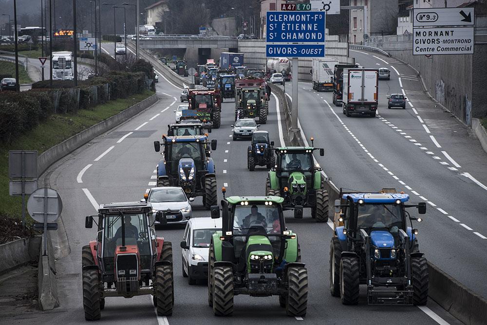 """""""Marre de l'agribashing"""": les paysans en appellent à Macron, devant les préfectures"""