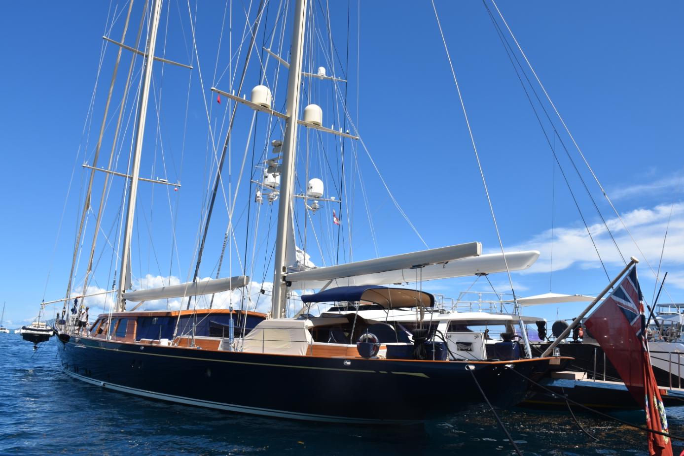 Environ 50 super yachts naviguent chaque année dans les eaux polynésiennes.