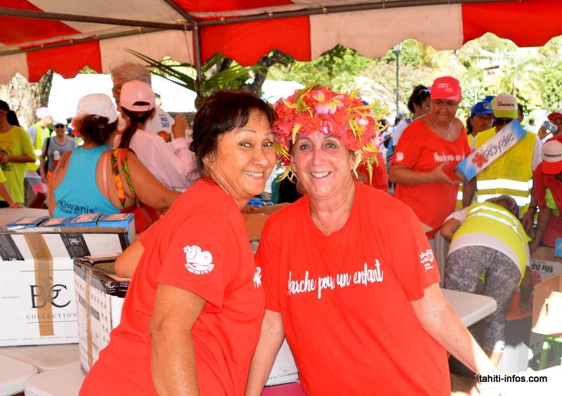Hina Mercier à droite, présidente de l'association Vahine No Pare Nui, accompagnée d'une bénévole