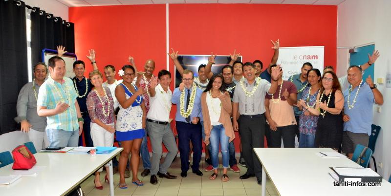 """Le Cnam en Polynésie fête ses 40 ans cette semaine. 400 Polynésiens y ont été formés l'année dernière. (En photo, les auditeurs et formateurs de la formation """"Conducteur de travaux"""" inaugurée ce lundi avec l'équipe du Cnam)"""