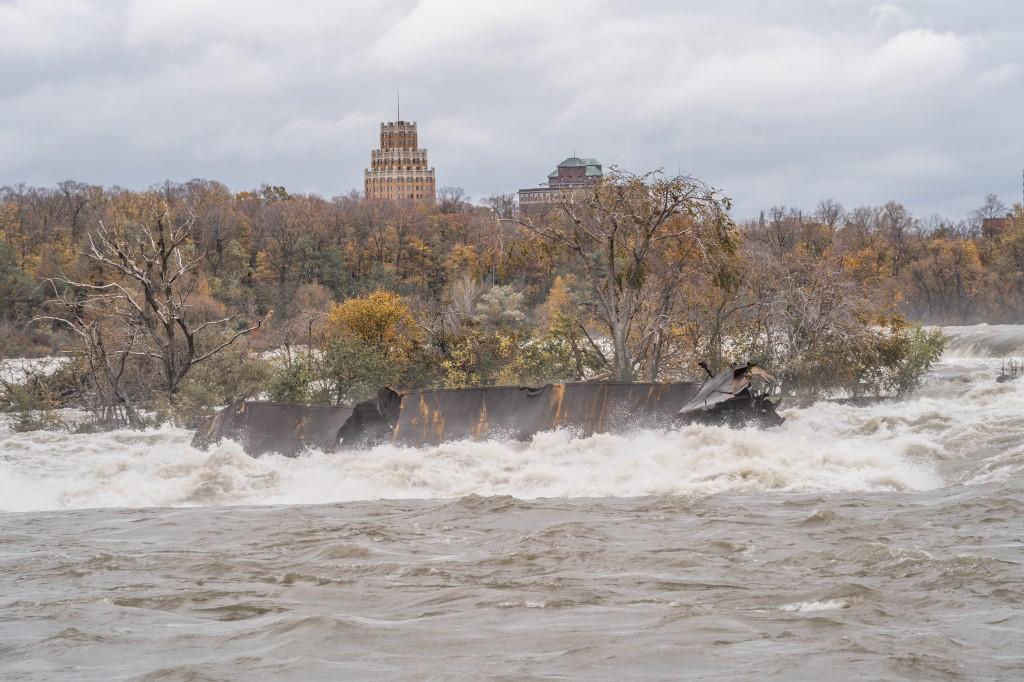 Un bateau coincé depuis un siècle en haut des chutes du Niagara déplacé