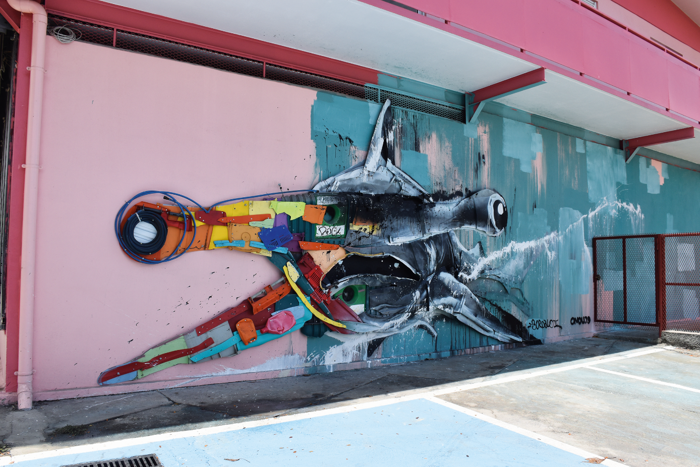 L'artiste portugais Bordalo II  réalisé une sculpture de requin marteau composée de matériaux plastiques et d'objets trouvés sur l'île de Tahiti.