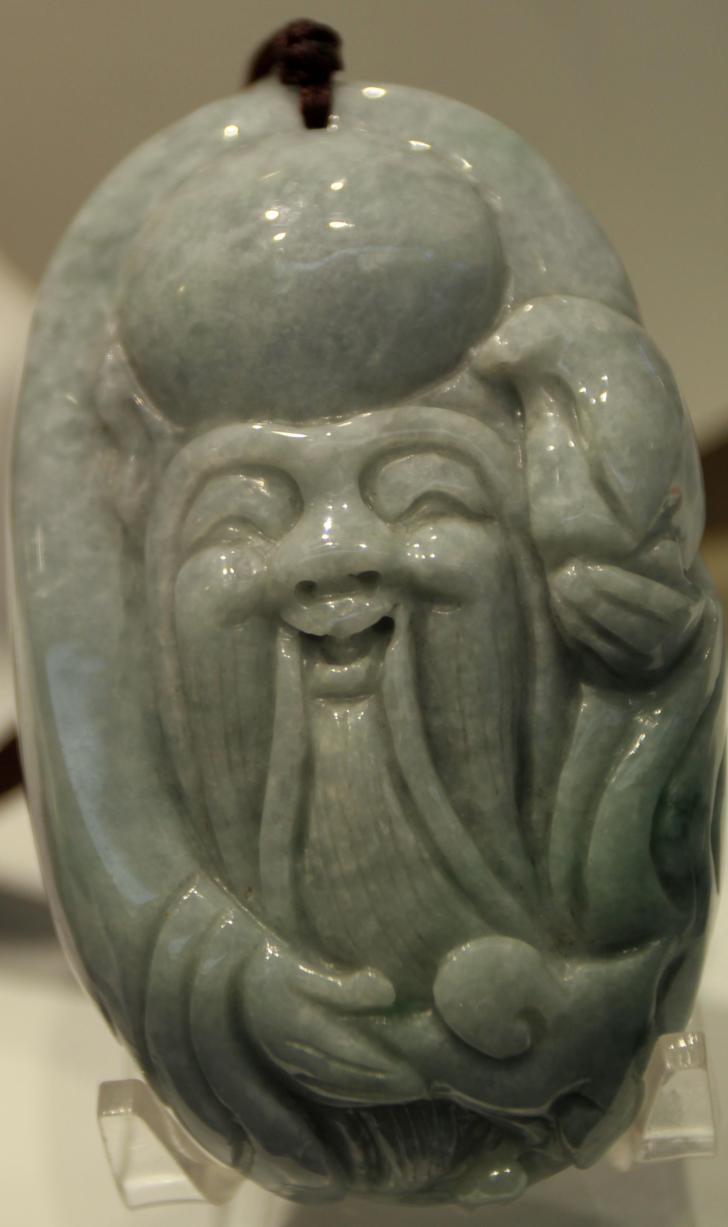 Très belle néphrite chinoise affichant un délicat gris marbré