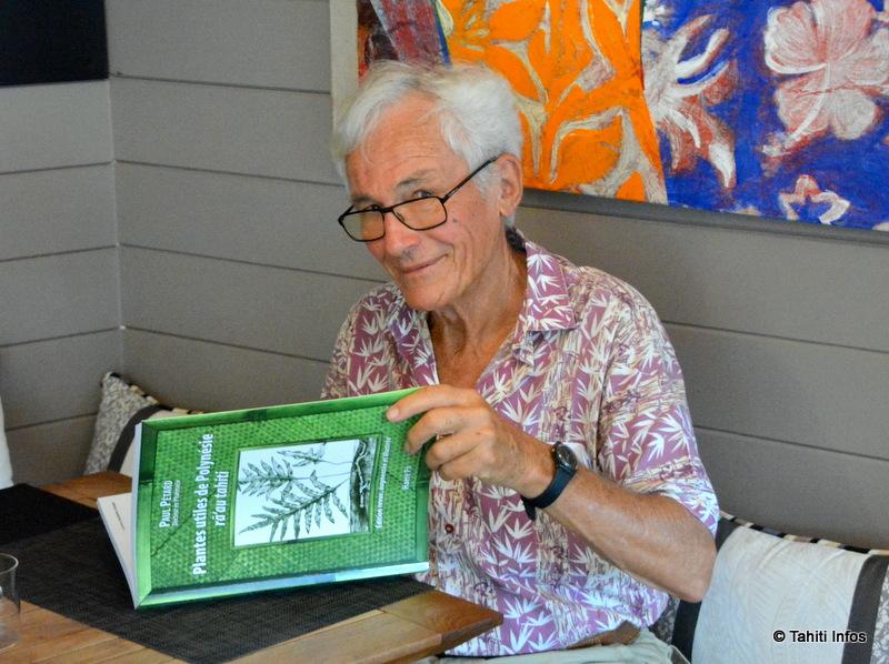 """Robert Koening avec la dernière édition du livre """"Plantes utiles de Polynésie - rā'au tahiti"""" de Paul Pétard. Sorti il y a dix jours, il connait déjà un grand succès qui va sans nul doute se confirmer lors de ce Salon du livre."""
