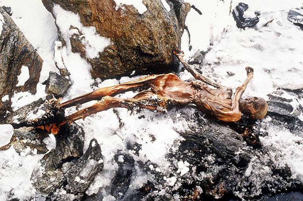 Le premier homme tatoué dont on a retrouvé la trace est Ötzi, vieux de 5 300 ans. Il portait 61 tatouages sur le corps, essentiellement aux articulations.