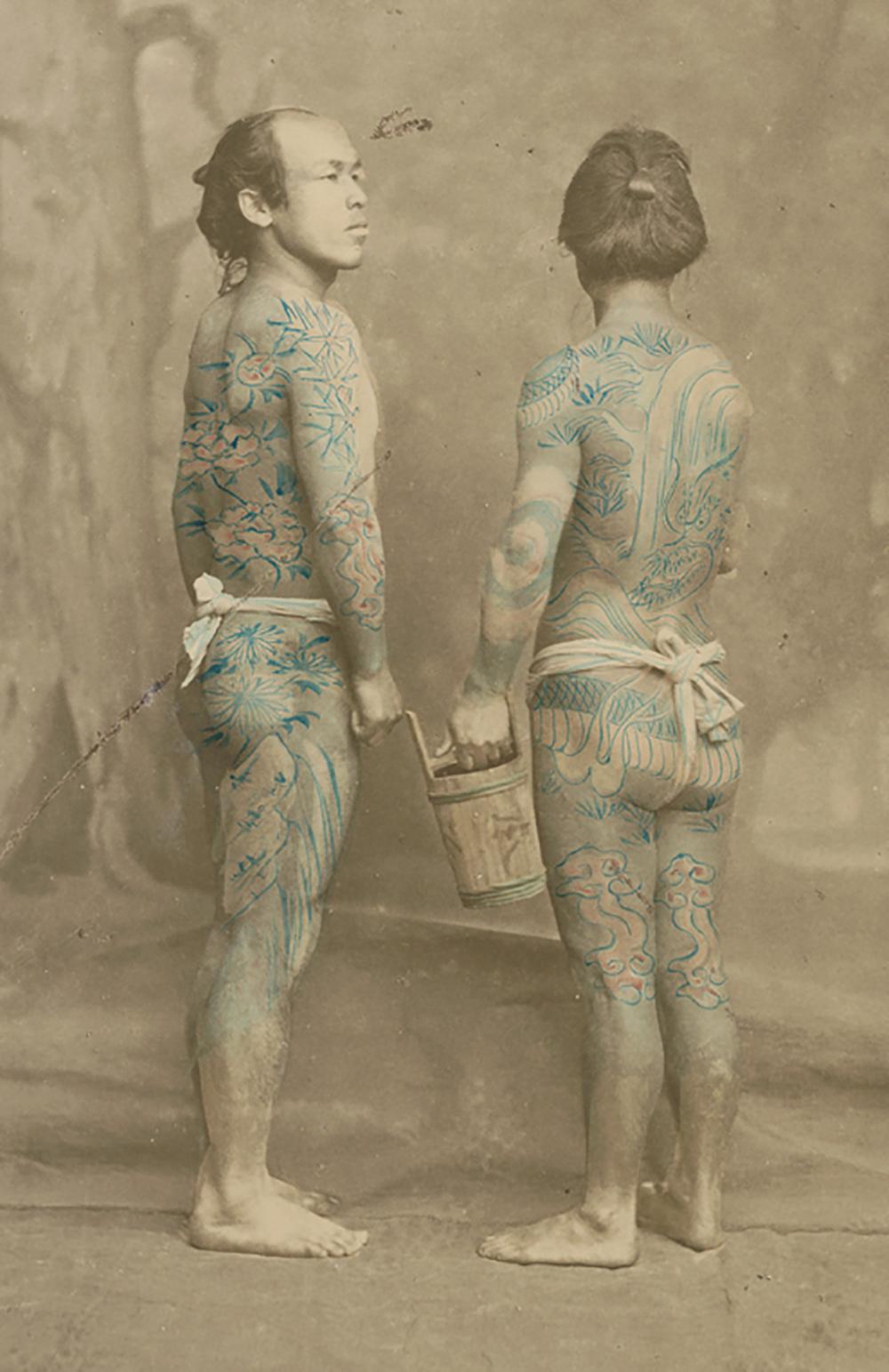 Au Japon, le tatouage était répandu comme le montre cet ancien cliché datant de 1870. Les yakuzas des mafias portent aujourd'hui un certain nombre de tatouages très reconnaissables (souvent multicolores).