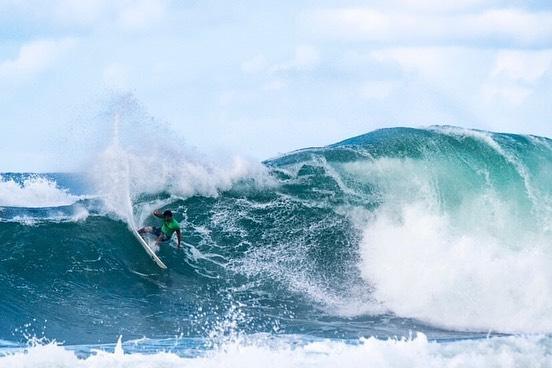 Une vague puissante pour un surfeur puissant
