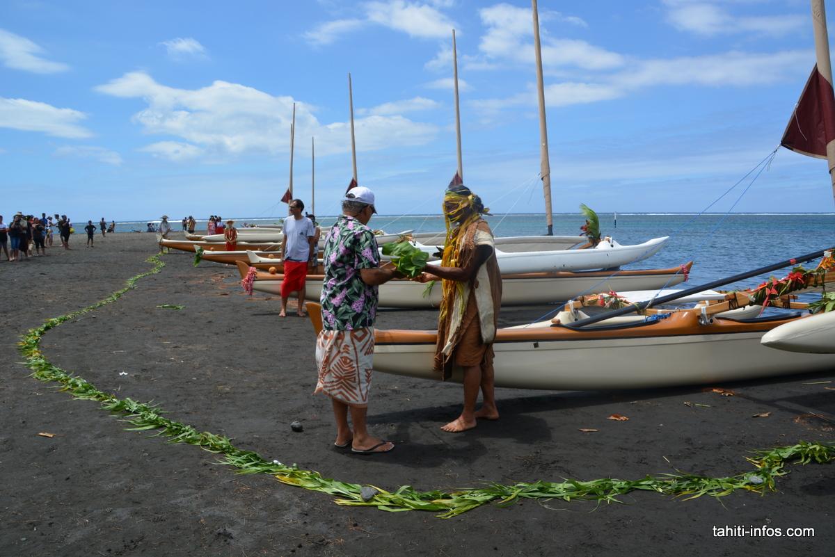 Sunny Walker et Andy Tupaia ont baptisé cette pirogue avec de l'eau de coco