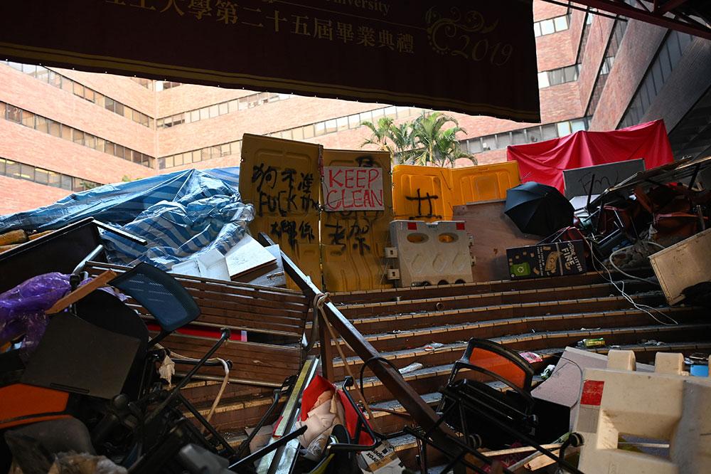 """Hong Kong: la Chine promet de """"riposter"""" à Washington, le siège du campus continue"""