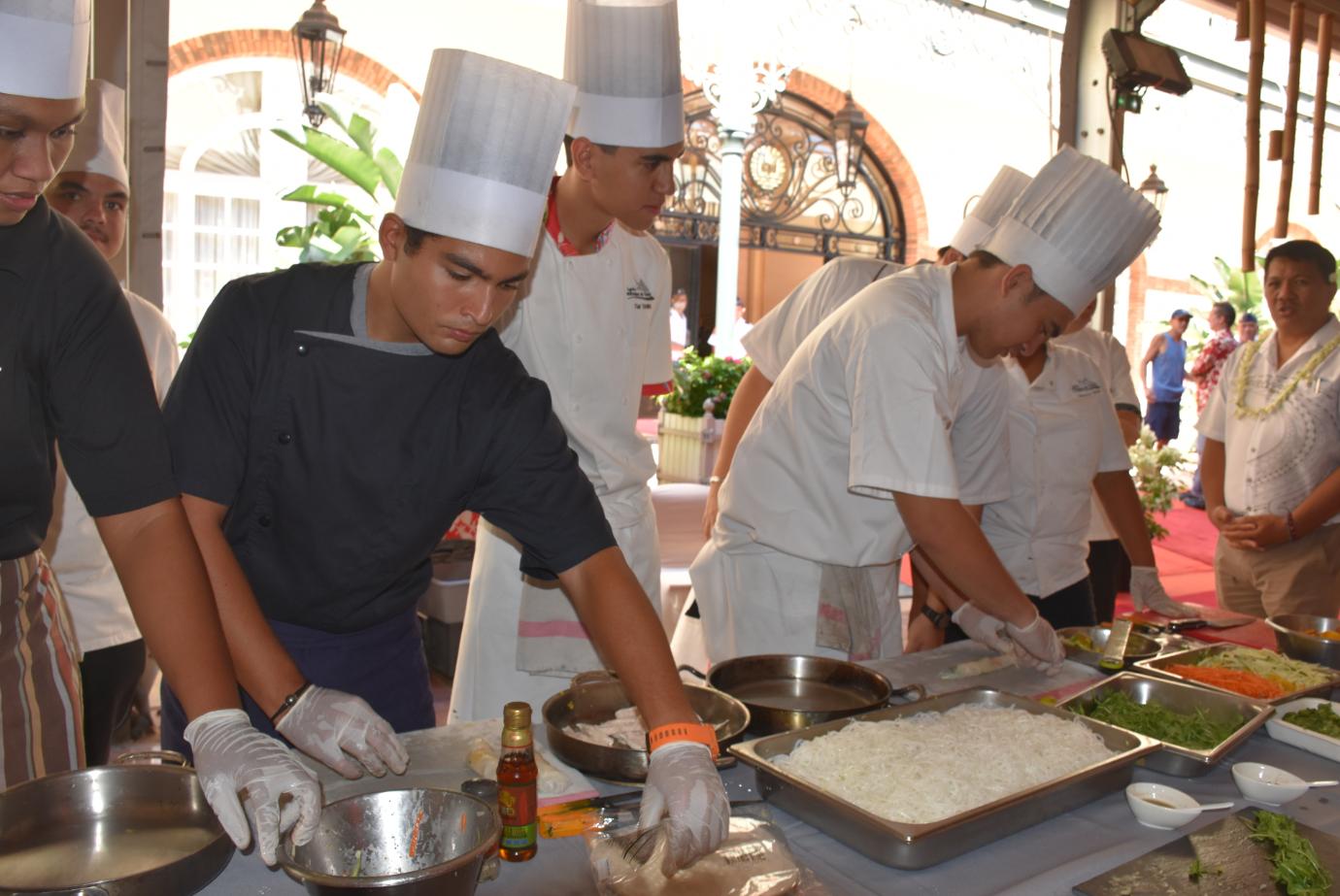 Les élèves du Lycée hôtelier de Punaauia ont cuisiné des rouleaux de printemps.