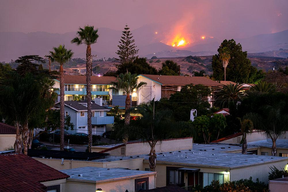 Les pompiers combattent un nouvel incendie menaçant en Californie
