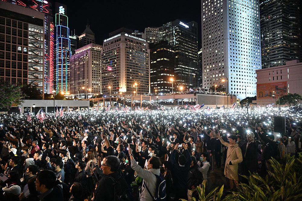 Trump signe la loi en faveur de Hong Kong, Pékin enrage