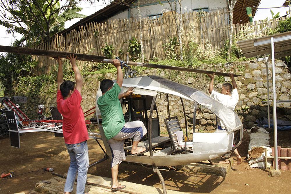 Un Indonésien construit un hélicoptère de bric et de broc