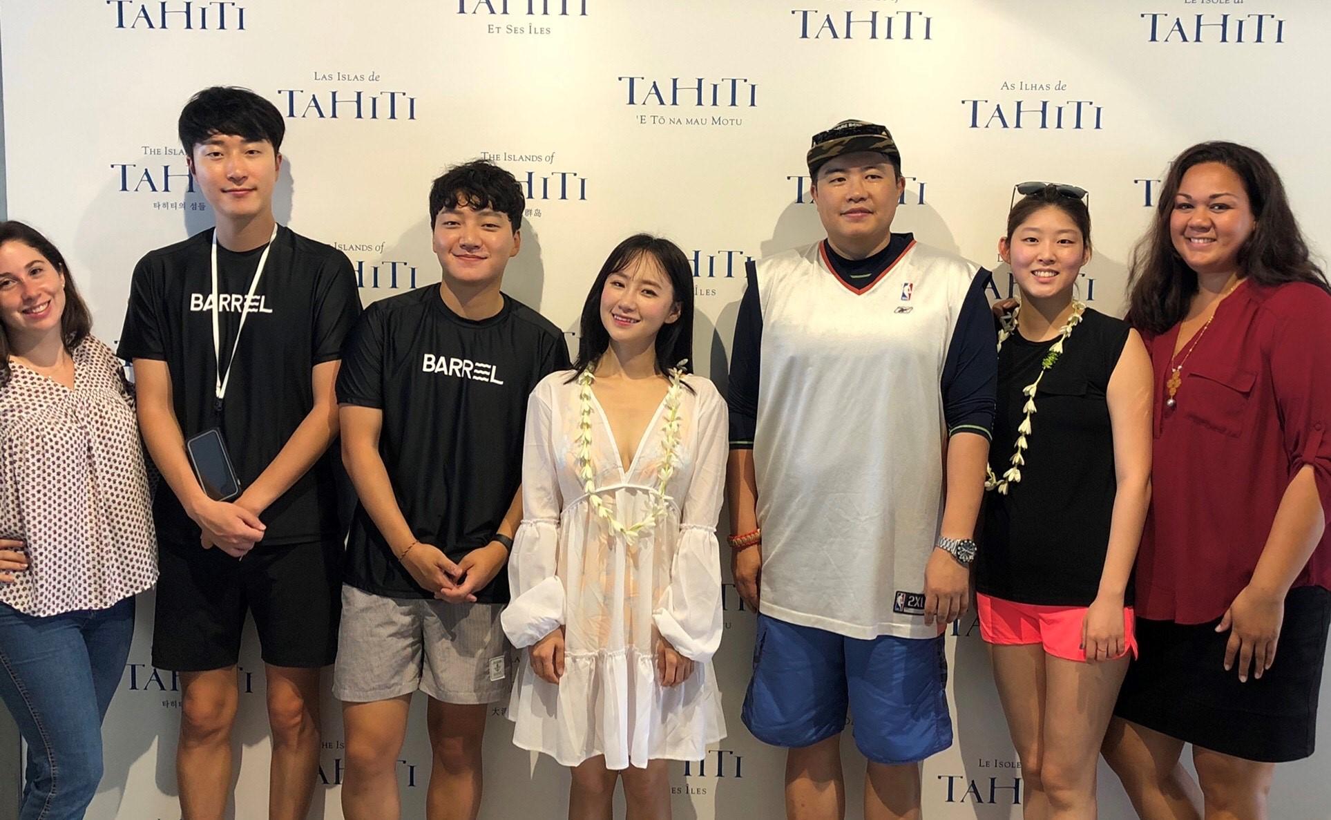 Les influenceurs accueillis par l'équipe de Tahiti Tourisme. Crédit Tahiti tourisme.