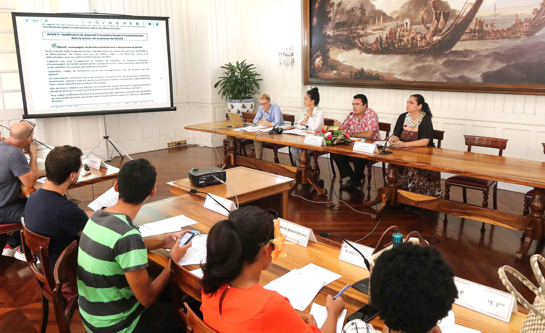 Nicole Bouteau, ministre du Tourisme, et Teva Rohfritsch, vice-président du Pays, ont présenté lundi diverses mesures fiscales adoptées la semaine passée par l'Assemblée de la Polynésie française, et qui sont destinées notamment à soutenir la première richesse du territoire.