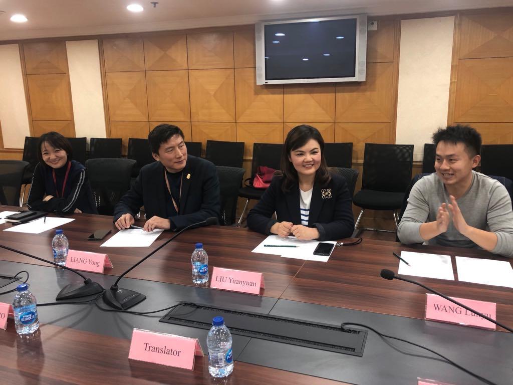 Yuwen Du, directrice du marketing pour le groupe SUMG, Yong Liang, vice-directeur en charge des relations externes du groupe SUMG, Yuanyuan  Liu, rédactrice en chef adjointe de The Paper et Lunyu Wang, grand reporter en charge du secteur Europe.