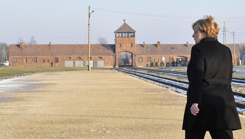 """Merkel à Auschwitz: la mémoire des crimes nazis """"inséparable"""" de l'identité allemande"""