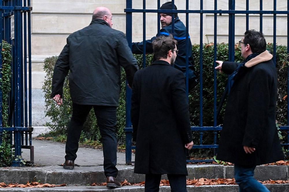 """Quelques secondes après l'énoncé du verdict, Willy Bardon (ici à gauche), abattu et tremblant, a ingurgité """"quelque chose""""."""