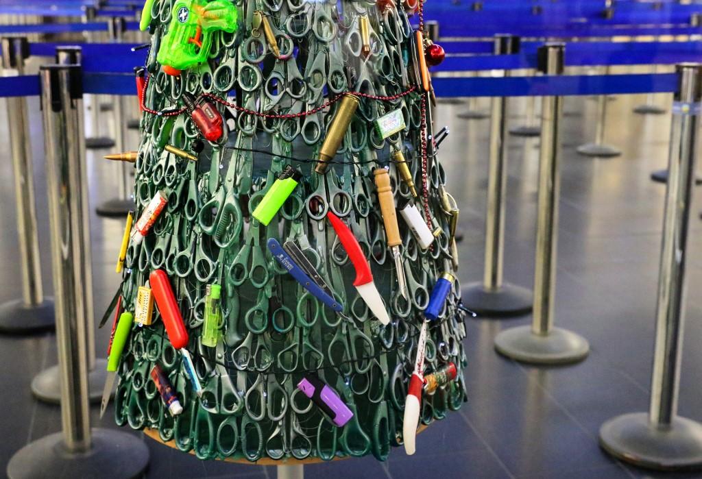 Vilnius: Un arbre de Noël acéré à l'aéroport pour prôner la sécurité