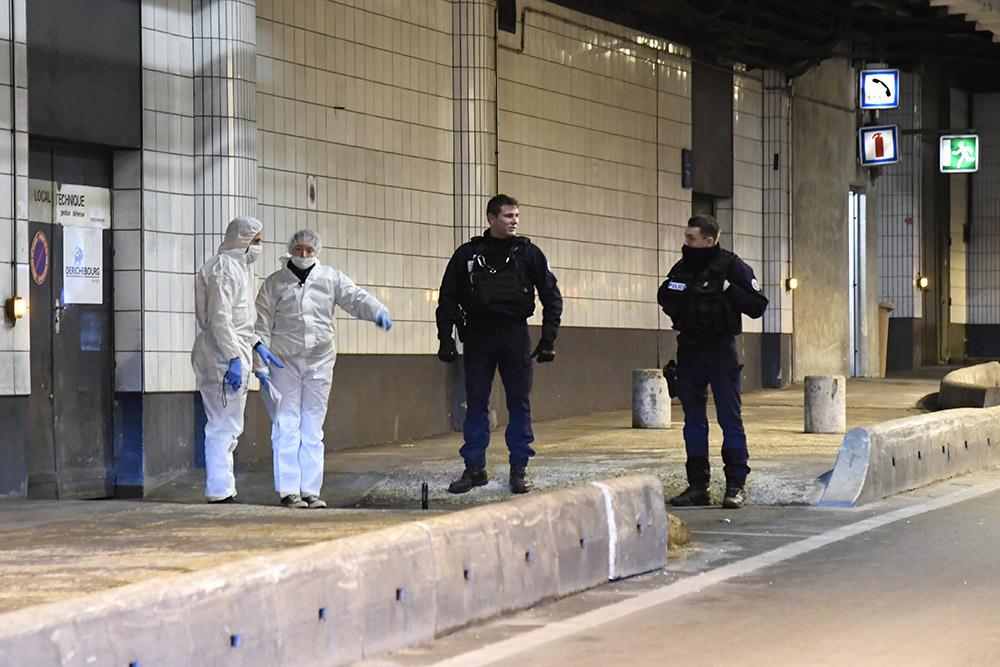 Des policiers tuent un homme qui les menaçait avec une arme blanche à la Défense