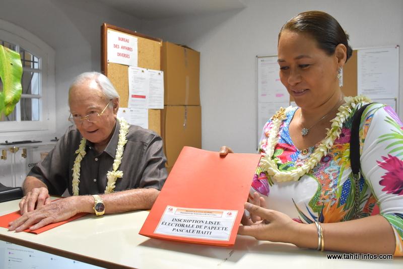 Gaston Flosse et Pascale Haiti, le 5 décembre dernier lors du dépôt de leurs demandes d'inscription sur les listes électorales de Papeete.