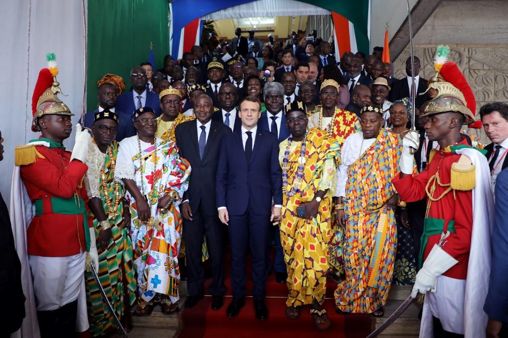 A Abidjan, Macron fait chef traditionnel ivoirien le jour de son anniversaire