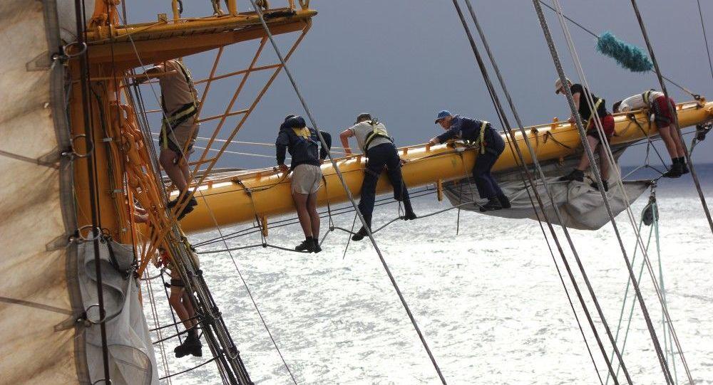 L'équipage du trois-mâts est composé d'une centaine de cadets de la marine russe engagés dans un tour du monde (crédit Stéphane Sayeb - Mairie de Papeete)
