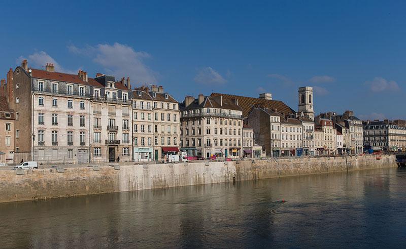 Fusillade à Besançon : les auteurs en fuite, polémique sécuritaire