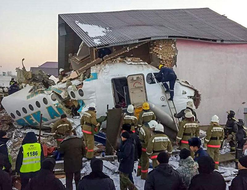Un avion kazakh s'écrase, 12 morts et des dizaines de survivants