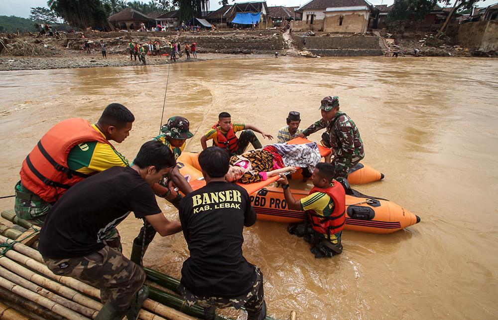 Inondations en Indonésie: 60 morts, des vivres largués par hélicoptère