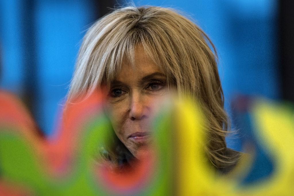 """Brigitte Macron sort de l'ombre pour lancer les """"Pièces jaunes"""""""