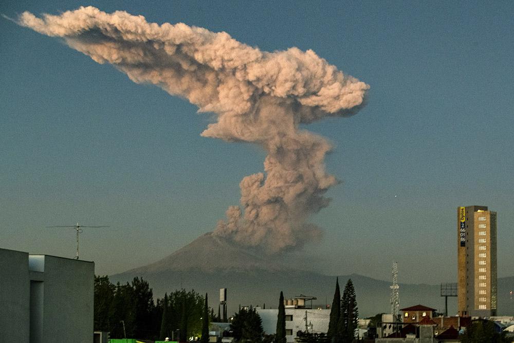 Mexique : gros nuage de cendres au dessus du volcan Popocatepetl