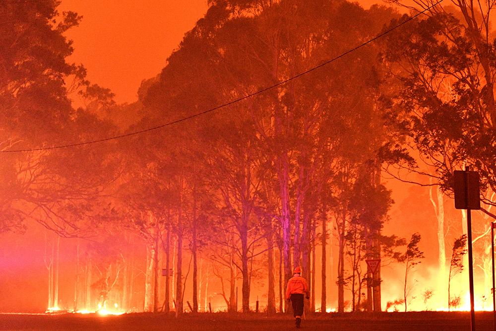 Australie: un pompier meurt en combattant un incendie