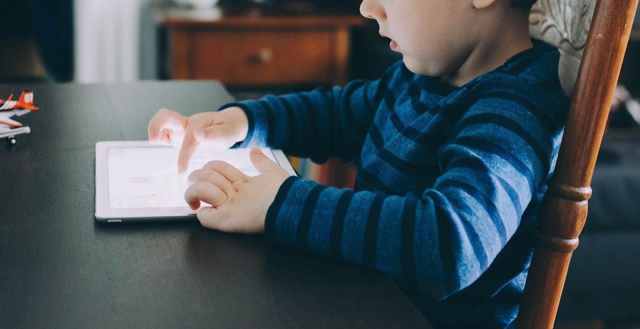 Mettre des enfants tôt le matin devant un écran favoriserait les troubles du langage