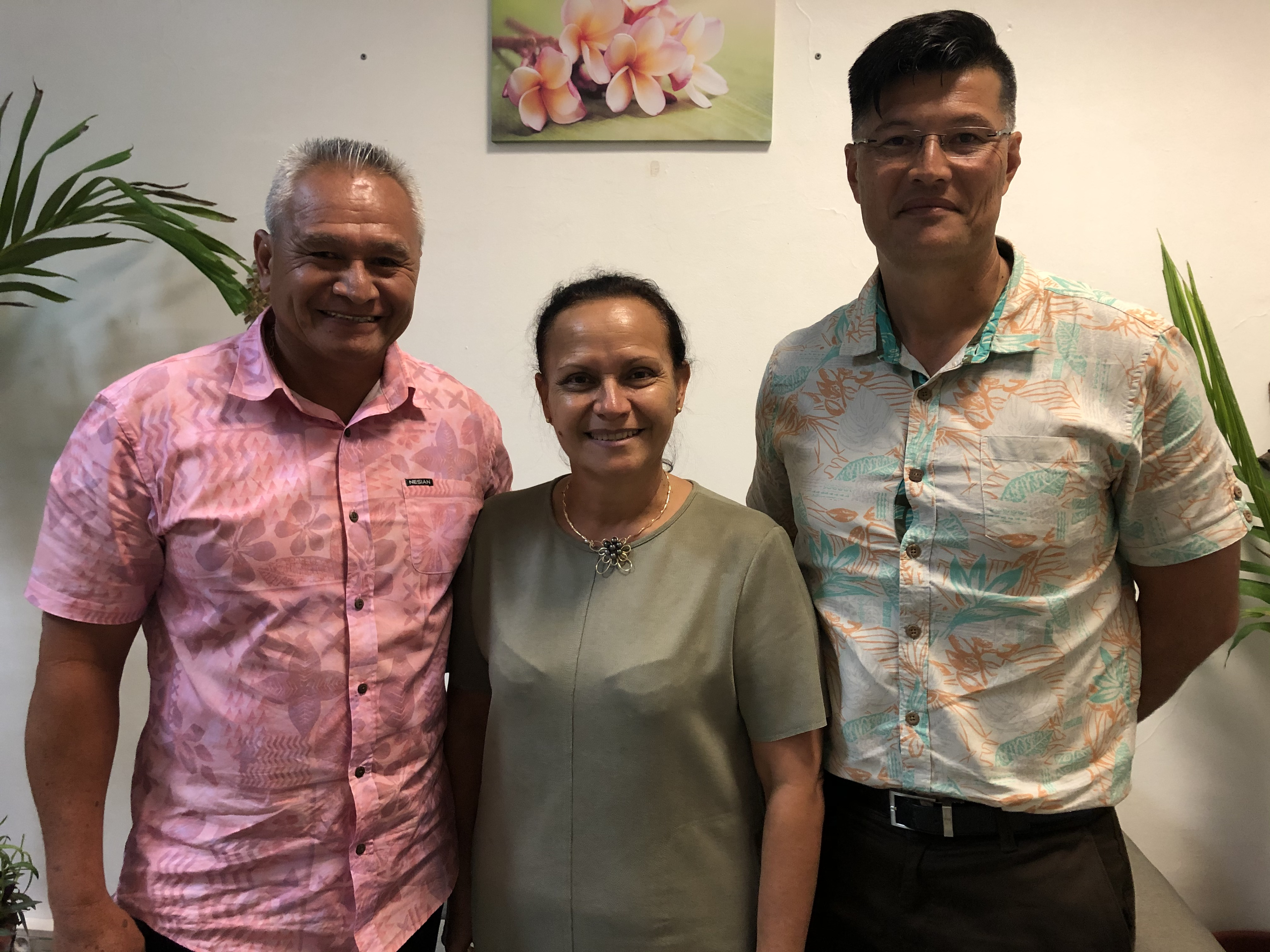 Christelle Lehartel, ministre des Sports, avec Raymond Teriitaumihau, son chef de cabinet (à gauche) et Anthony Pheu, directeur de la Jeunesse et des Sports (à droite).