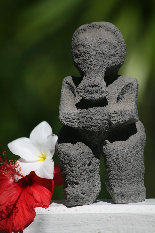 Le tiki éléphant (tiki erefani), découvert dans les années 80 à Okatu, est devenu aujourd'hui le tiki baleine (tiki pamuera). Il est la figure emblématique de l'île de Ua Huka.