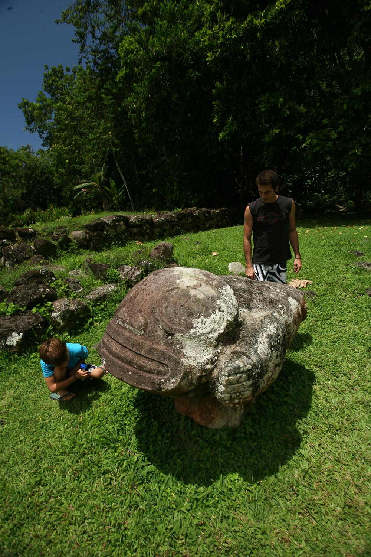 Le tiki Maki i Taua Pepe, sur le site de Iipona, à l'époque où il n'était pas encore protégé par un toit ; une femmme qui accouche où une pierre sur laquelle accouchaient les femmes de chefs ? Ou tout autre chose à vrai dire ?