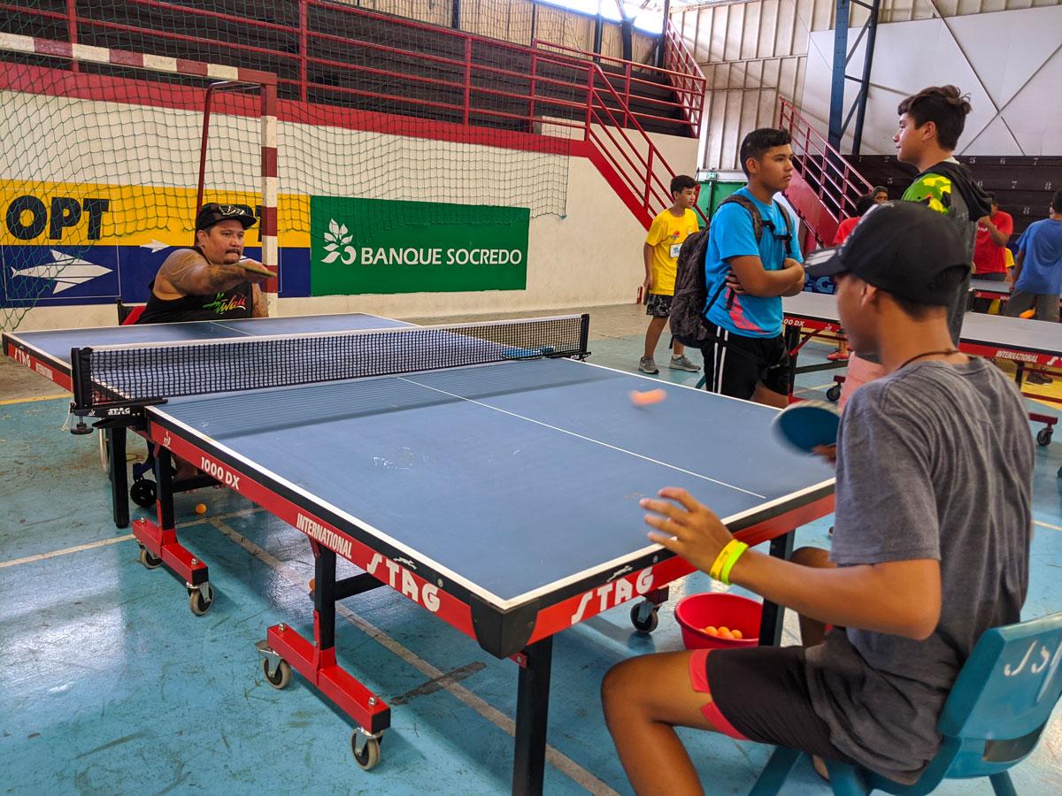 Le champion handisport Matheau Tehei, médaillé d'argent au dernier jeux du Pacifique au Samoa en juillet dernier 2019, échange des balles avec un jeune élève du collège de Mahina.