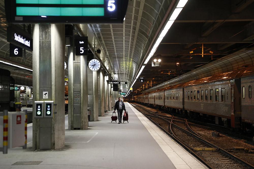 Un écran diffuse du porno dans une gare suédoise